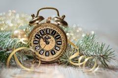 Alter Wecker, der fünf zum Mitternacht zeigt Glückliches neues Jahr! Lizenzfreies Stockbild
