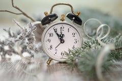 Alter Wecker, der fünf zum Mitternacht zeigt Glückliches neues Jahr! Stockfotos