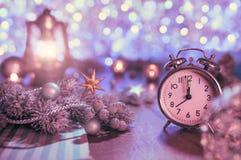 Alter Wecker, der fünf zum Mitternachts- und funkelnden decorati zeigt Lizenzfreie Stockfotos