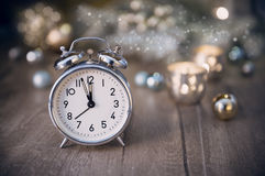 Alter Wecker, der fünf zum Mitternachts- und funkelnden decorati zeigt Stockbild