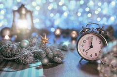 Alter Wecker, der fünf zur Mitternachts- und funkelnden Dekoration zeigt Lizenzfreie Stockfotos