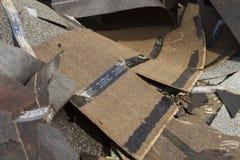 Alter weggeworfener Asphalt Roof Shingles Trash Stockbilder