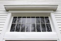 Alter weißer Außenfenster-Rahmen mit den Grill-Schmerz auf historischem Li Stockfotos