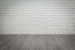 Alter weißer Backsteinmauer- und Holzfußbodenhintergrund Stockbild