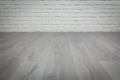 Alter weißer Backsteinmauer- und Holzfußbodenhintergrund Lizenzfreie Stockbilder