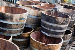 Alter Weinfassschnitt zur Hälfte als Dekoration verwendet zu werden, Stockfoto