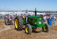Alter Weinlese John Deere-Traktor 2020 an der Show Stockbilder