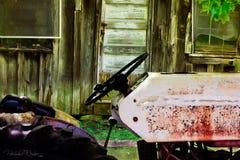 Alter Weinlese-Traktor vor verlassenem Bauernhaus stockbild
