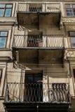 Alter Weinlesebalkon auf dem Gebäude von Jahrhundert 18 Gebäude und Marksteine Stockbild