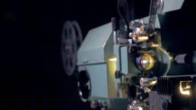 Alter Weinlesefilmprojektor Transportwagenschuß stock video