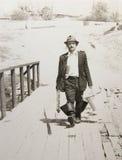 Alter Weinlesefotomann mit einer Angelrute Stockfoto
