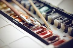 Alter Weinlesesatz Aquarellfarben mit Bürsten für das Zeichnen lizenzfreies stockfoto
