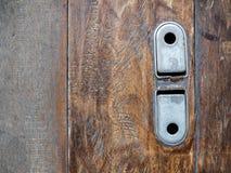 Alter Weinlesestahlriegel der Garagenrollentür auf Bretterboden lizenzfreies stockfoto