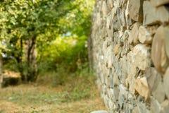 Alter Weinlesestein wal mit Perspektivenansicht und unscharfem Hintergrund Lizenzfreies Stockbild