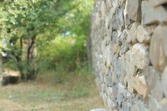 Alter Weinlesestein wal mit Perspektivenansicht und unscharfem Hintergrund Stockfotos