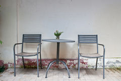 Alter Weinlesestuhl und -tabelle Stockfoto