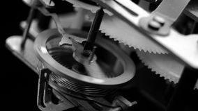 Alter Weinleseuhrmechanismus, der Makroschwarzweiss bearbeitet stock footage