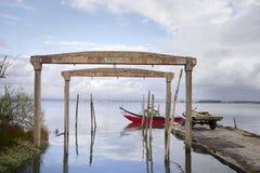 Alter Werft auf der Lagune mit rotem Boot am Eingang stockfoto