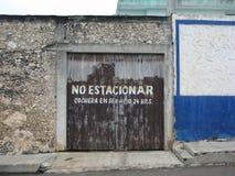 Alter Werkstatthintereingang Mérida, YucatÃ-¡ n, Mexiko-Stadtrände der Stadt stockfotos