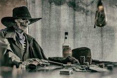Alter Westpoker, der Skeleton Gewehr spielt Stockfotos