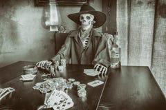 Alter Westpoker, der Skelett spielt Stockfotografie