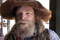 Alter wilder Westcowboy-Bergmann Character stockfotos