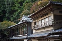 Alter Wohnungsbau in Mino fällt Meiji-kein-mori Quasi-nationaler Park Mino Lizenzfreie Stockfotos