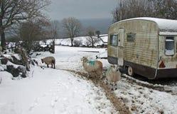 Alter Wohnwagen mit Schnee lizenzfreie stockfotos
