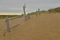Alter Zaun auf Dünen Stockbild