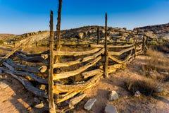 Alter Zaun in der Wüste lizenzfreie stockbilder