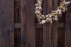Alter Zaun der Weinlese und Bündel Knoblauch Lizenzfreie Stockbilder