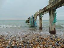 Alter Zaun im Meer Stockfoto