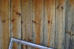 Alter Zaun mit einem Fensterrahmen Stockfoto