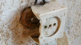 Alter zerstörter Weinlesesockel in der Wand des Hauses stock footage