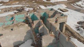 Alter Ziegelstein zerstörte Gebäude im Winter Vogelperspektive, das Gebäude ohne ein Dach des Ziegelsteines stock video