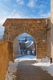 Alter Ziegelsteinbogen und Steinwand als Teil eines mittelalterlichen Schlosses herein zu Lizenzfreie Stockbilder