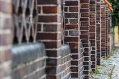 Alter Ziegelsteinzaun, Perspektivenansicht Stockbild