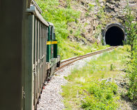 Alter Zug, der dem Tunnel sich nähert Stockfoto