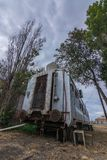 Alter Zugwagen in verlassenem Bahnhof tief innerhalb Südamerikas stockfotografie