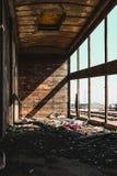 Alter Zugwarenkorb auf Eisenbahnlinieinnenansicht Stockfotos