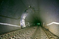 Alter zweigleisiger Eisenbahntunnel mit Ventilatorwelle stockbild