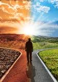 Alterações climáticas do impacto ambiental da responsabilidade do conceito e aquecimento global com homem da silhueta que escolhe fotografia de stock royalty free
