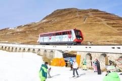 Alterações climáticas globais: Snowboarder que testa a neve artificial em Parsenn acima da cidade de Davos fotos de stock