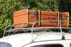 Altere Koffer Autodach Imagen de archivo libre de regalías
