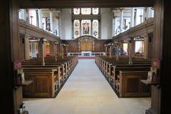 Alteri e banchi di chiesa in una chiesa Fotografia Stock Libera da Diritti