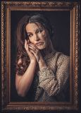 Altern, Hautpflegekonzept Halbe alte halbe junge Frau mit Bilderrahmen Stockfoto