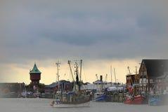 Altern Sie Fischereihafen in Cuxhaven, das den Wasserturm übersieht Stockbild