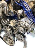 Alternador, poleas y correa en el motor del cromo Foto de archivo