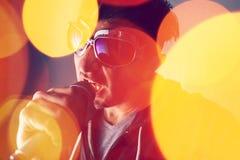 Alternatief rockzanger het zingen lied in microfoon royalty-vrije stock fotografie