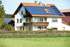 Alternatieve energie - zonnebatterij Stock Foto's